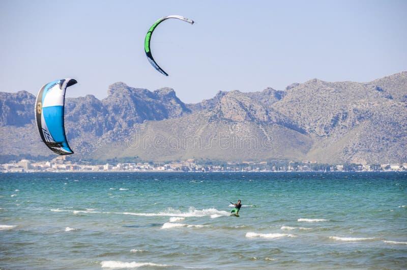 MAJORCA HISZPANIA, LIPIEC, - 9 2013: Surfingowowie cieszy się turysty swobodnie sunn fotografia stock