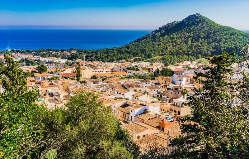 Majorcaeiland, mening van kleine stad Capdepera met mooi kustlandschap royalty-vrije stock afbeelding