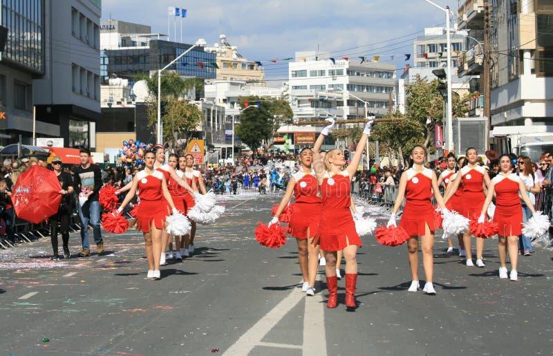Majorette di tamburo che marciano lungo una via fotografia stock