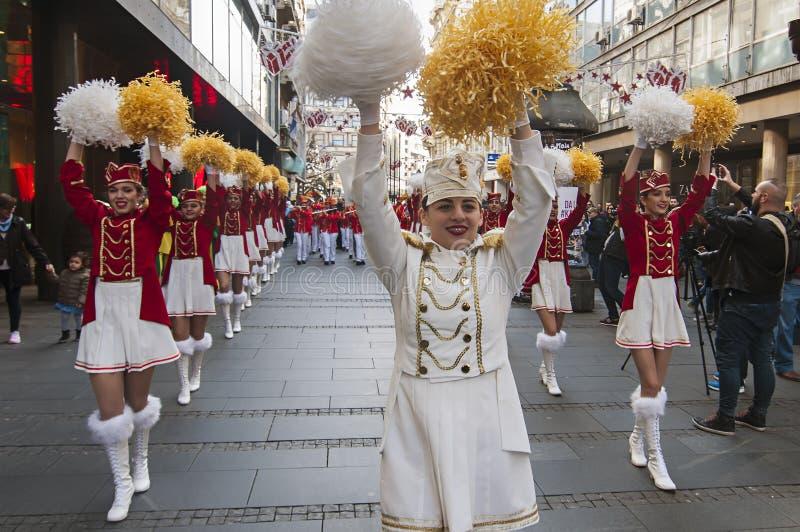 MAJORETTES από το χορό του Μαυροβουνίου που εκτελείται προς τιμή την άνοιξη στοκ φωτογραφία