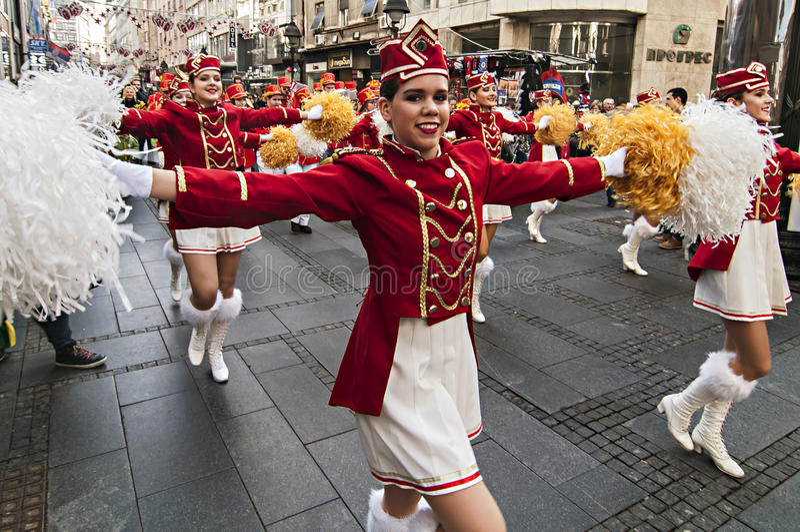 MAJORETTES από το χορό του Μαυροβουνίου που εκτελείται προς τιμή την άνοιξη στοκ εικόνα