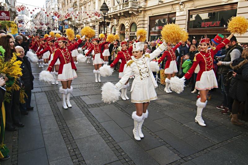 MAJORETTES από το χορό του Μαυροβουνίου που εκτελείται προς τιμή την άνοιξη στοκ εικόνες