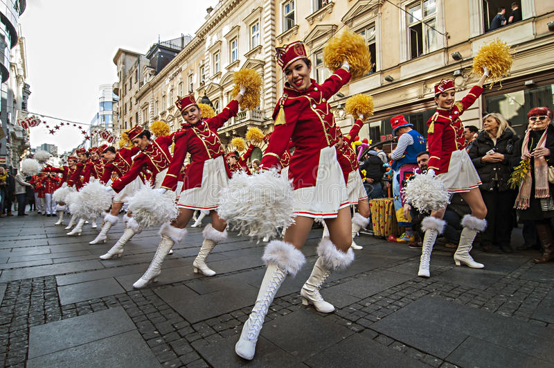 MAJORETTES από το χορό του Μαυροβουνίου που εκτελείται προς τιμή την άνοιξη στοκ φωτογραφίες