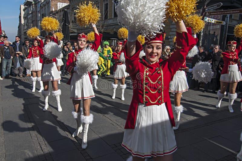 MAJORETTES de la danza de Montenegro realizada en honor de la primavera imagen de archivo