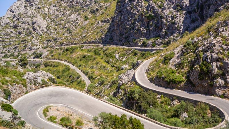 Majorque, Espagne La route panoramique et de touristes menant au port de SA Calobra Enroulement et route ?troite image libre de droits