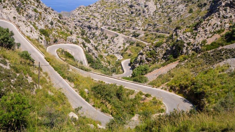Majorque, Espagne La route panoramique et de touristes menant au port de SA Calobra Enroulement et route ?troite photo stock