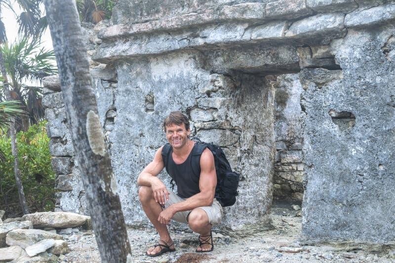 Majowie rujnuje badacza fotografia royalty free