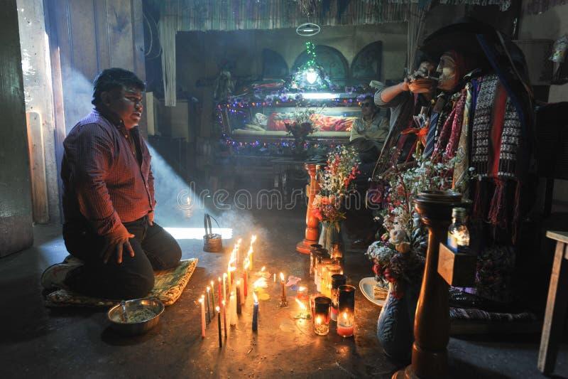 Majowie szaman z bóstwem Maximon przy Santiago De Atitlan obraz royalty free