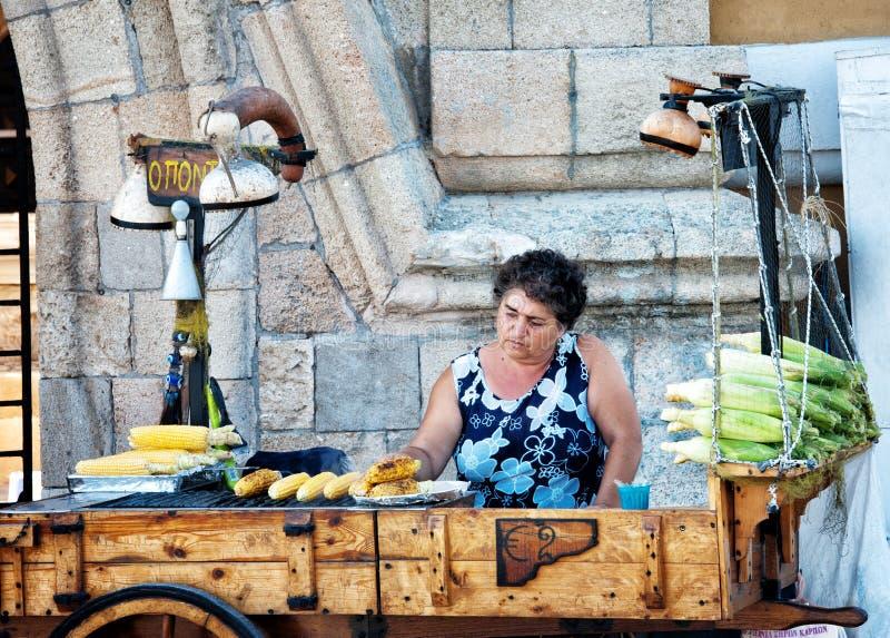 Majsgatuförsäljare i Rhodes Greece royaltyfri fotografi