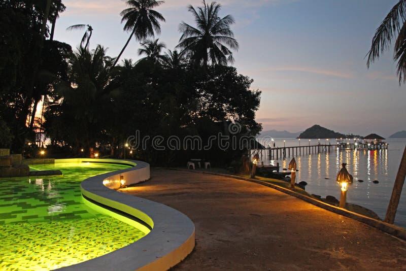 Mak Таиланд Kho моста острова захода солнца моря курорта гостиницы бассейна стоковые фотографии rf