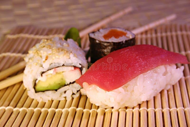 Download Mak jedzenie sushi obraz stock. Obraz złożonej z kije, tuńczyk - 145185
