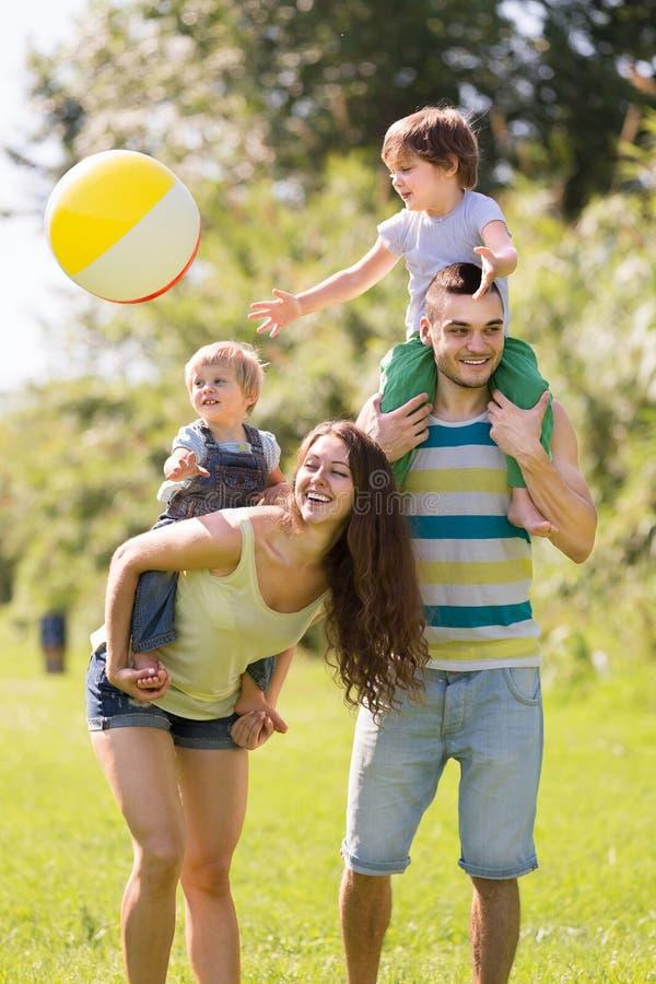 Maka, fru och deras barn royaltyfria foton