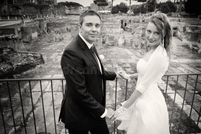 Maka och fru Parförbindelse Nygifta personer svart white royaltyfri bild