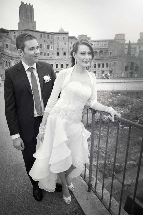 Maka och fru Parförbindelse Nygifta personer svart white arkivfoton