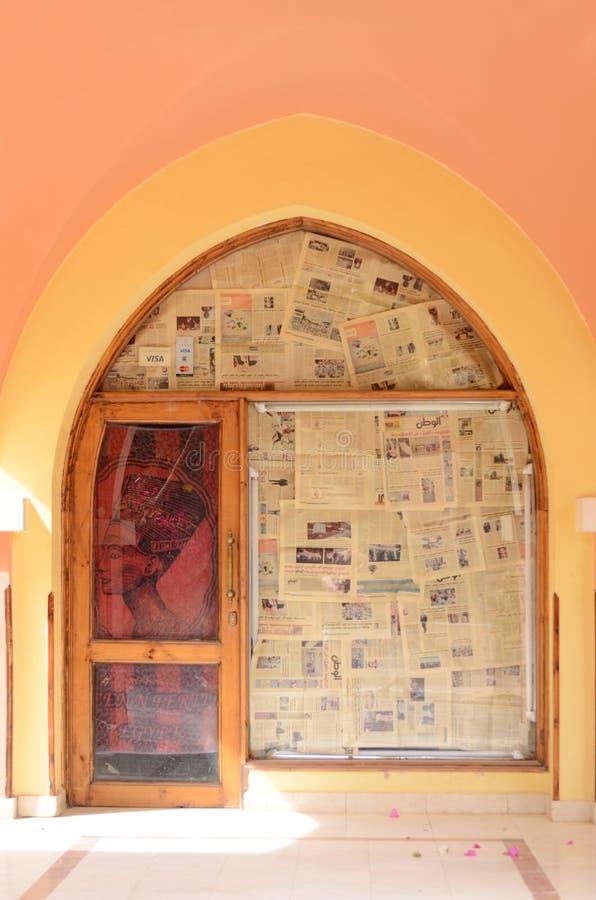 MAKADI, ЕГИПЕТ - 21-ОЕ МАРТА 2017: Двери магазина закрытые на некоторое время, покрытый египетскими газетами и изображением Nefer стоковое фото
