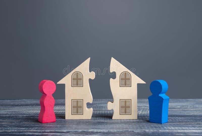 Makar och hustru delar ett hus i skilsmässoprocessen Avtal om uppdelning av fast egendom Konfliktlösning, laglig arkivfoton