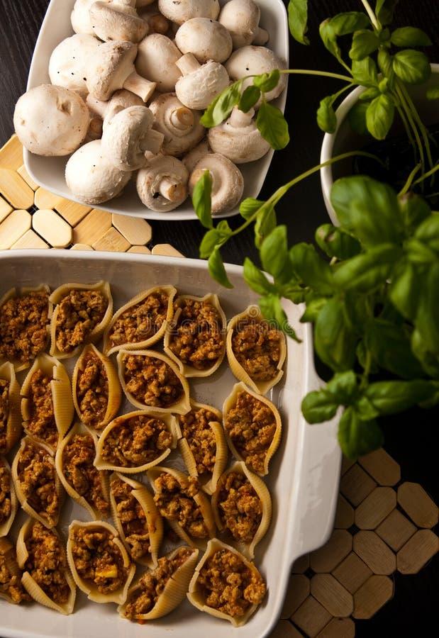 Makaron łuska conchiglioni faszerującego z mięsem zdjęcia stock