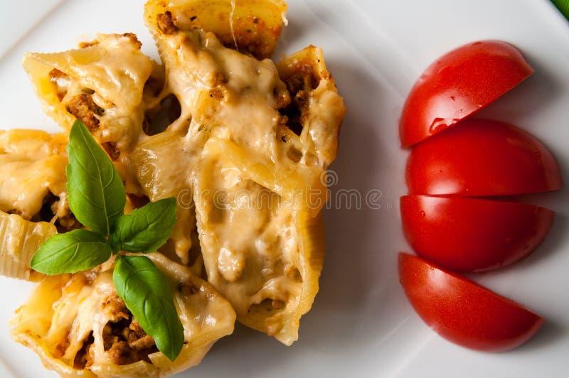 Makaron łuska conchiglioni faszerującego z mięsem obraz royalty free