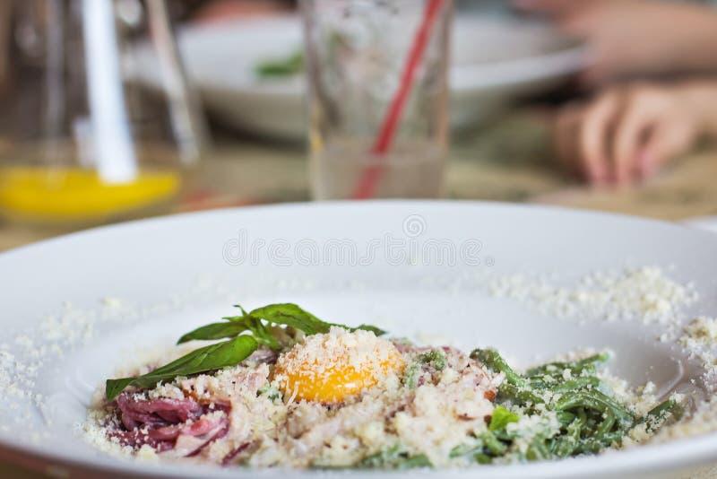 Makaron Carbonara w białym talerzu na stole zdjęcie royalty free