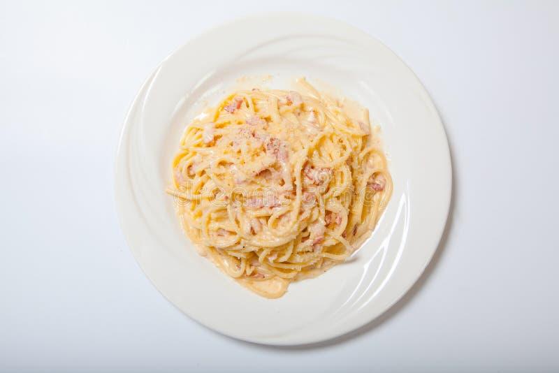 Makaron Carbonara z baleronem i serem, spaghetti Carbonara I Parmezański Z Piec baleronem zdjęcia stock