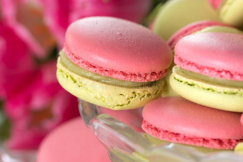 makaron kleurrijke textuur Zoete macarons en bloemen stock foto's