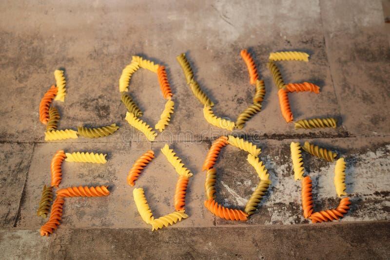 Makaron - miłości jedzenie - na kamiennym tle obraz stock