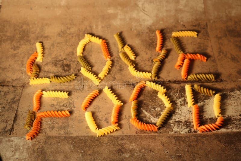 Makaron - miłości jedzenie - na kamiennym tle zdjęcie stock