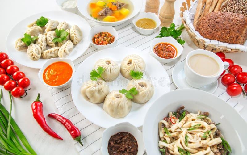 Makaron, puchary różnorodni kumberlandy, warzywa i zupny pelmeni dla lunchu, fotografia stock
