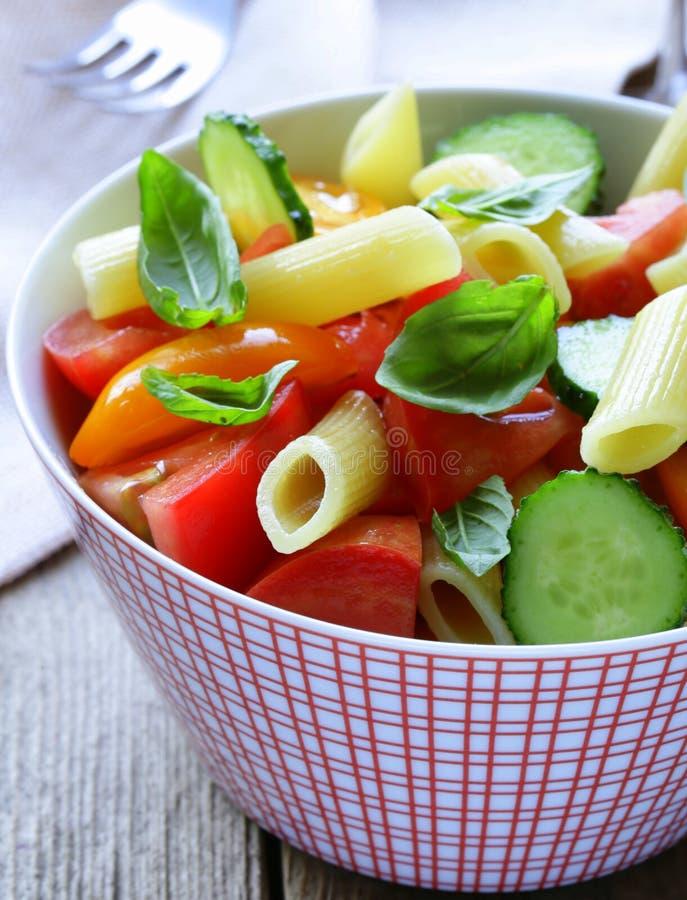 Makaron sałatka z ogórkami, pomidory fotografia royalty free