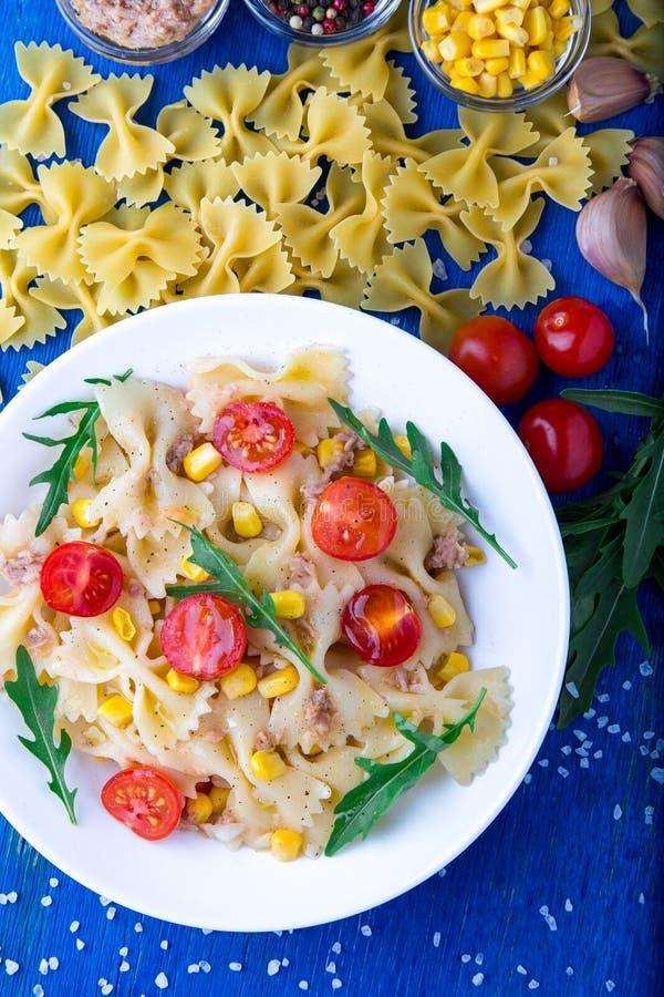 Makaron sałatka z pomidorami wiśnia, tuńczyk, kukurudza i arugula, Odgórny widok obrazy royalty free