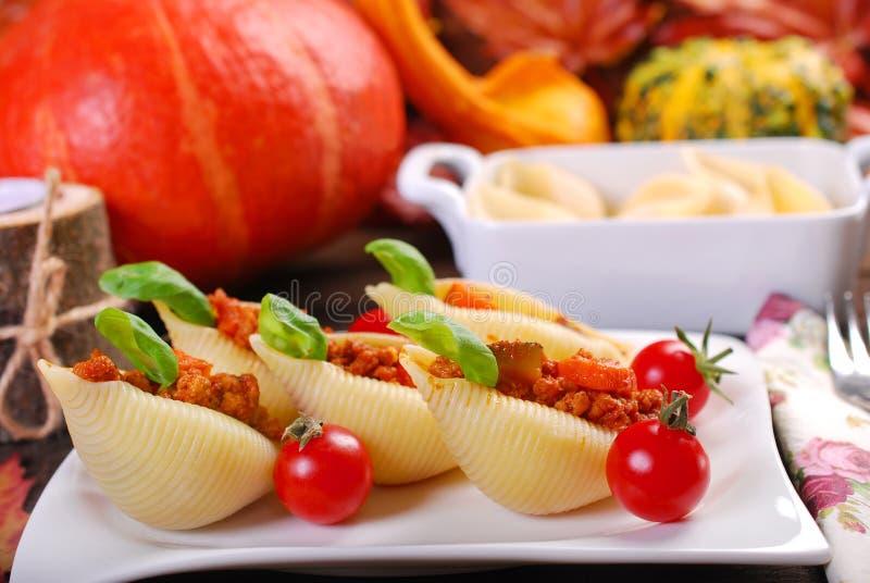 Makaron skorupy faszerowali z mięsem, banią i zucchini minced, obraz stock