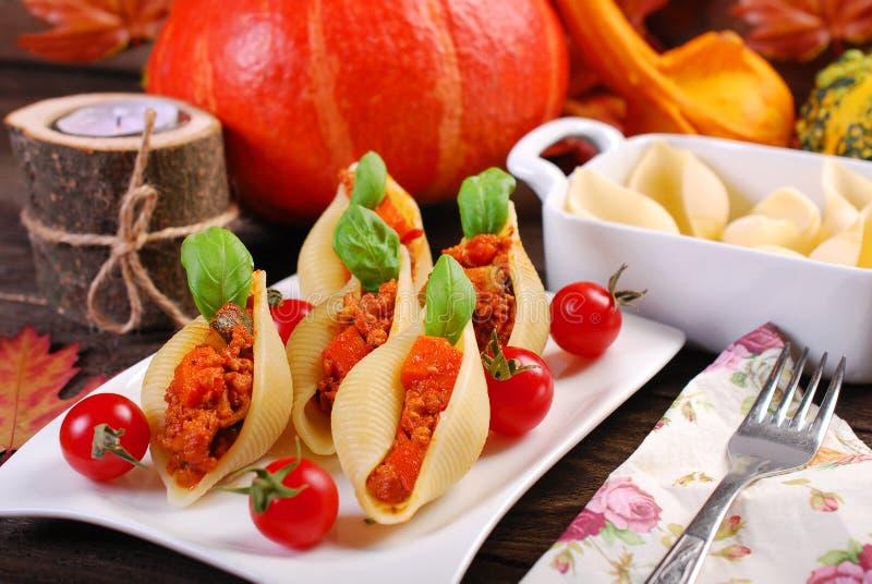 Makaron skorupy faszerowali z mięsem, banią i zucchini minced, zdjęcia royalty free