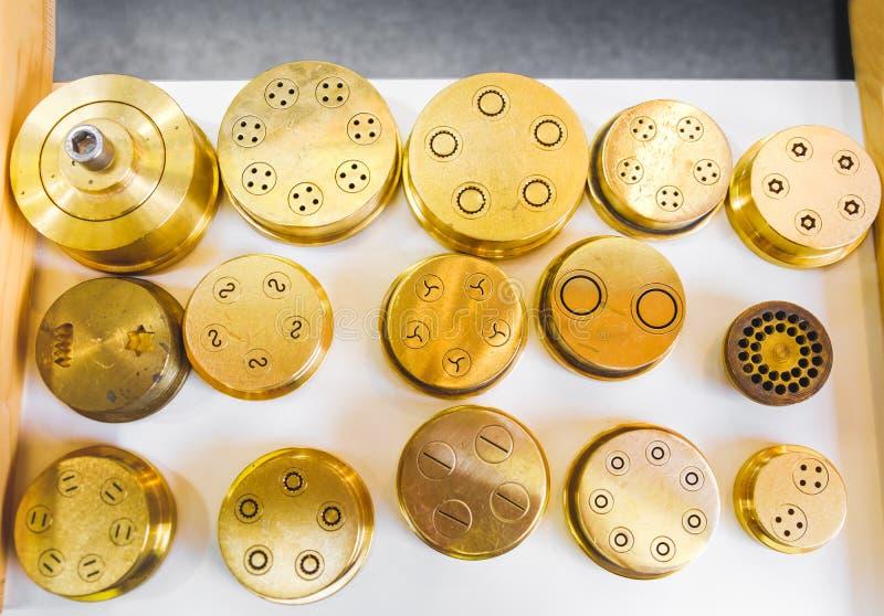 Makaron umiera wytłaczanie kształta makaronu mosiężnej maszynowej części złotego stenc obraz royalty free