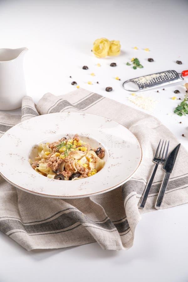 Makaron z Świeżym tuńczykiem, kukurudza i oliwki obrazy stock
