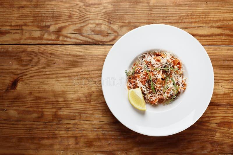 Makaron z owoce morza i parmesan serem istnieje na drewnianym tle fotografia stock
