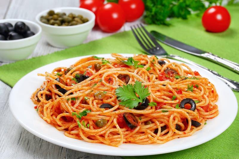 Makaron z pomidorem, kaparami, sardelą i oliwkami, obrazy stock