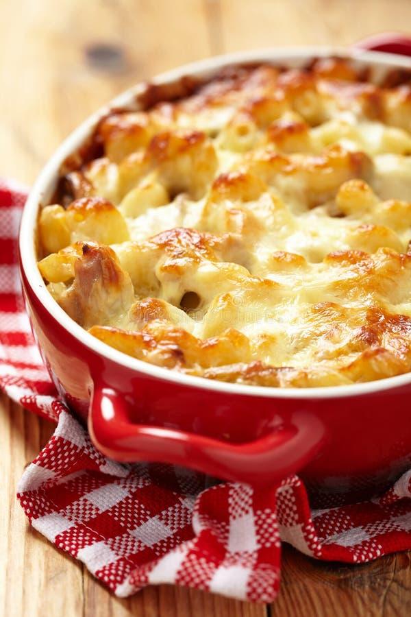 Makaroni med ost, höna och champinjoner royaltyfria foton