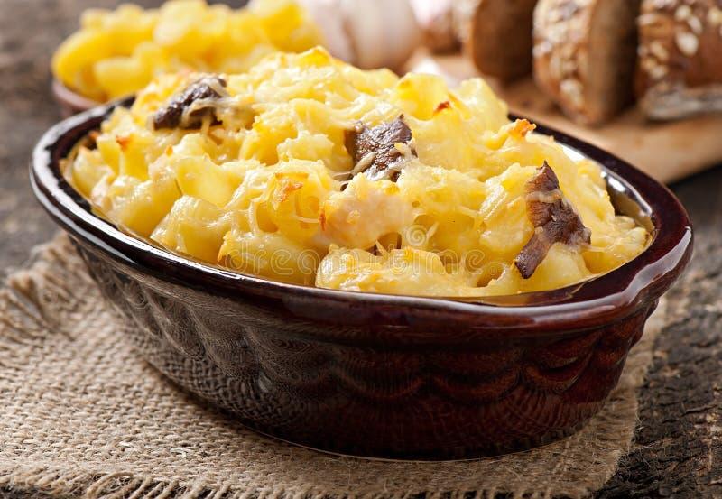 Makaroni med ost, höna och champinjoner arkivbild
