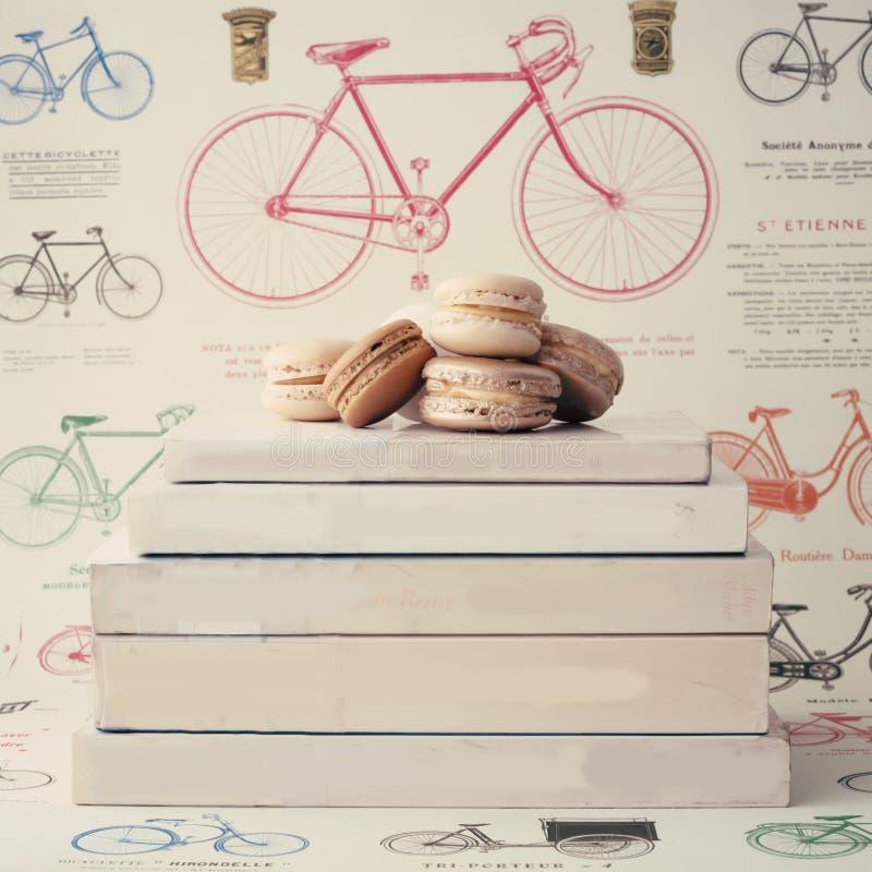 Makarons over boeken royalty-vrije stock foto's