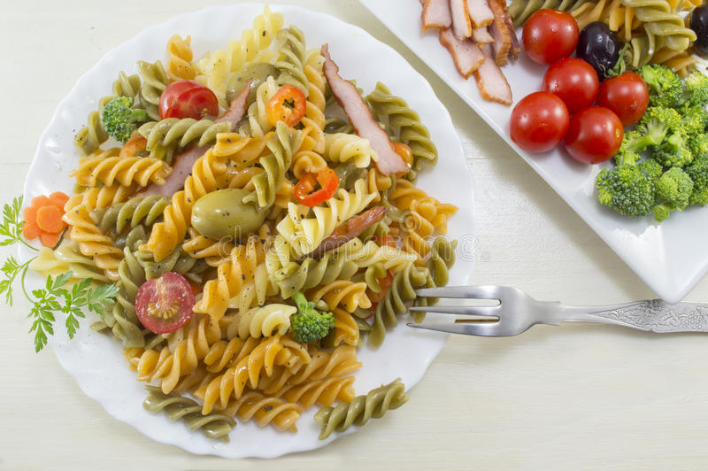 Makaronu posiłek gotujący z warzywami z świeżymi warzywami słuzyć o obraz royalty free