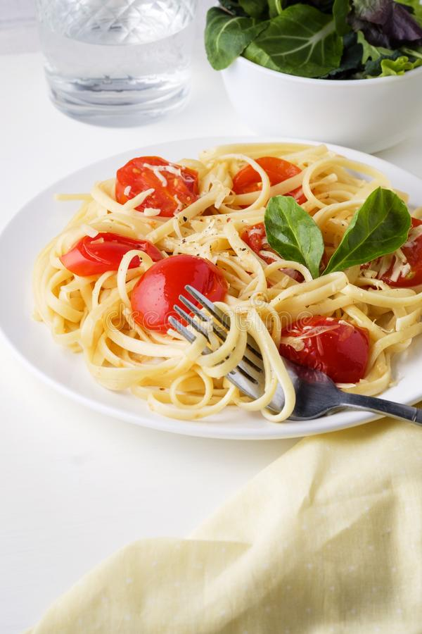 Makaronu spaghetti z pomidorowego kumberlandu i sera parmesan słuzyć na zmroku talerzu na stołowym tle zdjęcie stock