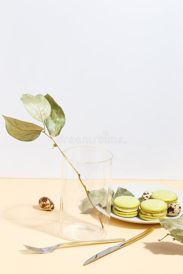 Makaroons e pistaches do bolo do pistache em um fundo bege Vista superior fotos de stock