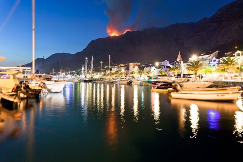 Makarska, Dalmatia, Chorwacja - pożar w górach Makarska przy nocą fotografia royalty free