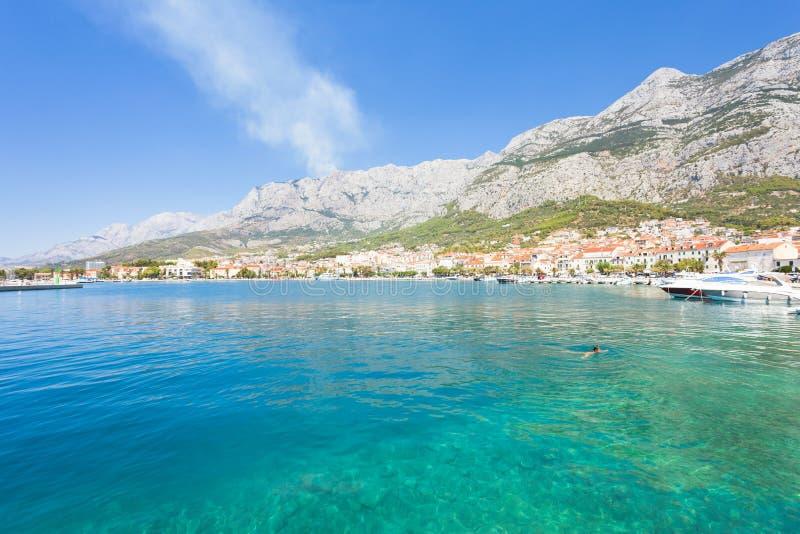 Makarska, Dalmatia, Chorwacja - przegląd przez piękną zatokę Makarska obrazy royalty free
