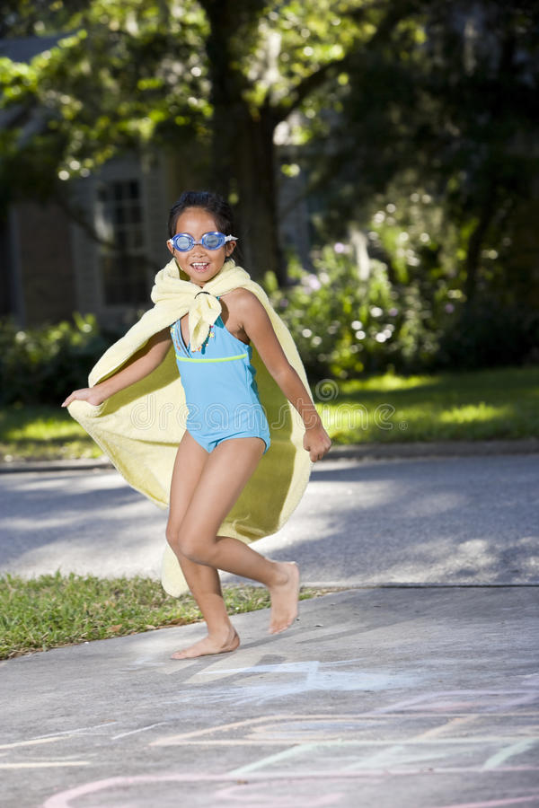 Make-believe, fille dans le costume fait maison de superhero photographie stock libre de droits
