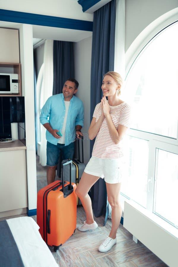Make och fru som imponeras på deras hotellrum royaltyfri fotografi