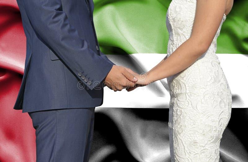 Make och fru som rymmer händer - begreppsmässigt fotografi av förbindelsen i Förenade Arabemiraten royaltyfri fotografi