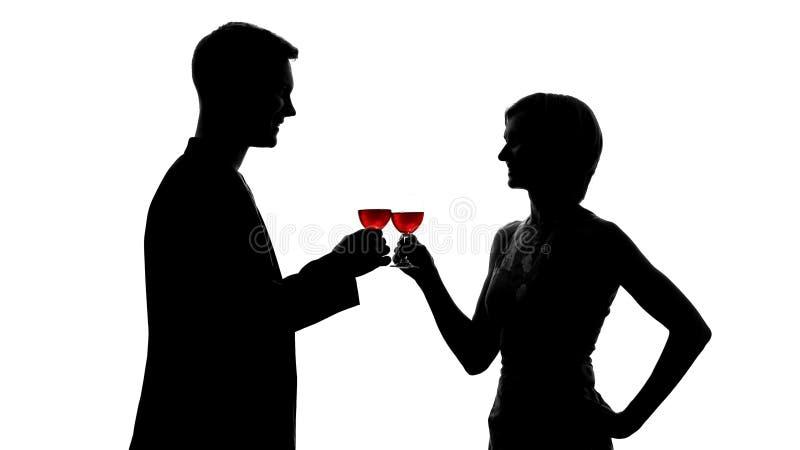 Make- och frukonturer som klirrar med vinexponeringsglas som firar årsdag royaltyfri foto