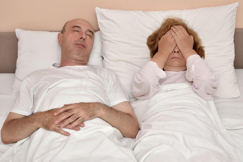 Make och hans olyckliga och deprimerade fru i säng fotografering för bildbyråer