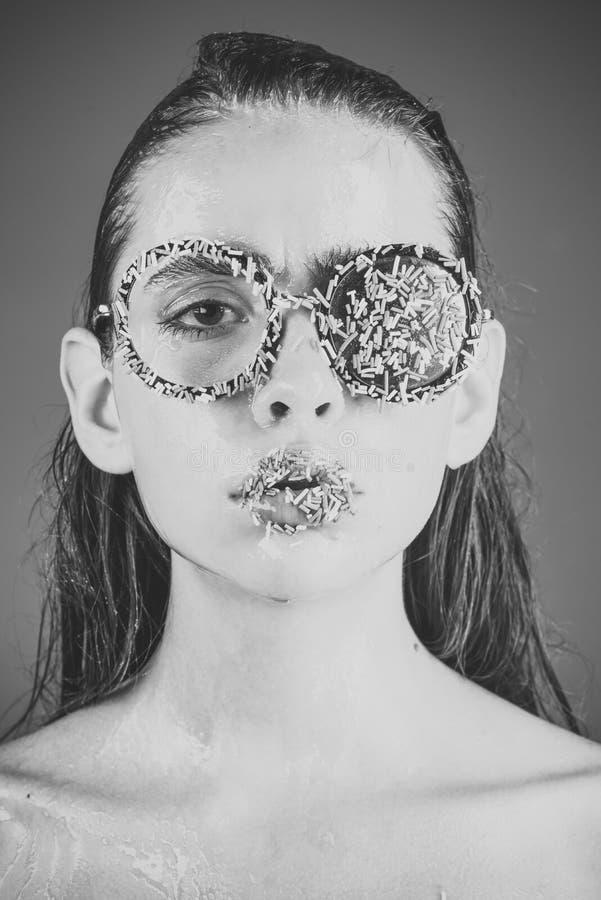 Make-up des Zuckersüßigkeitskusses auf Lippen Schönheit und Mode-Modell des Zaubermädchens Diät und Süßspeise, Ostern jung lizenzfreies stockbild